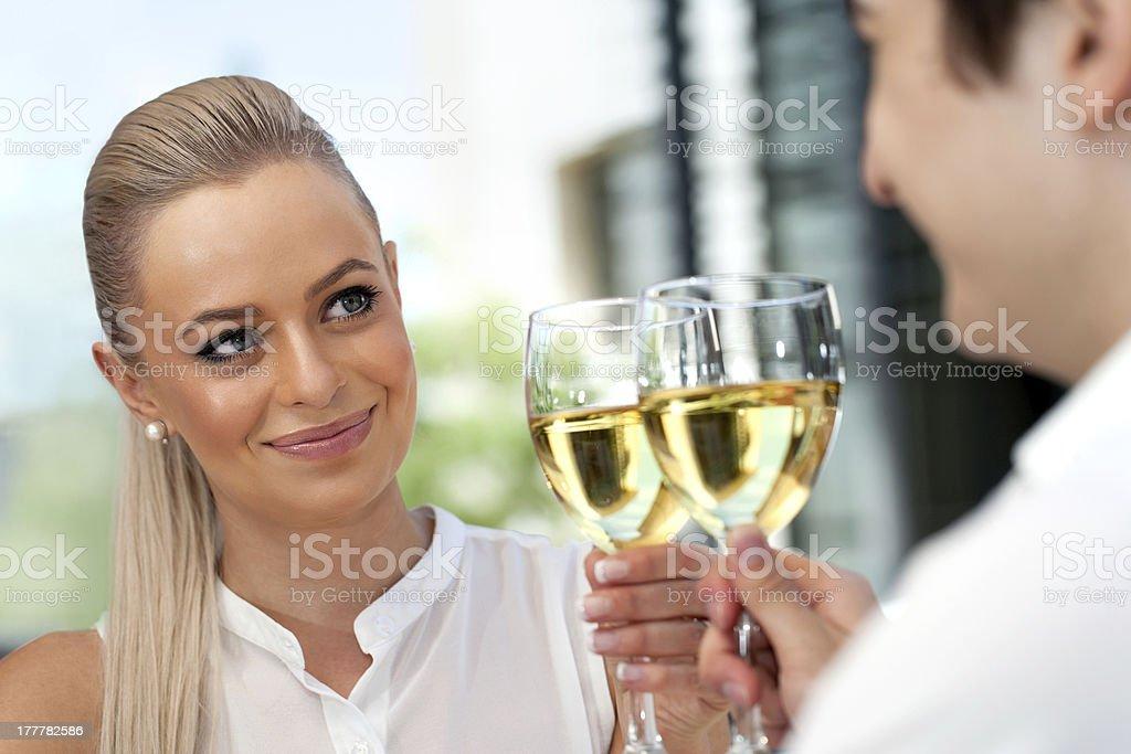 Romantique Couple faire un toast sur la date de début. photo libre de droits