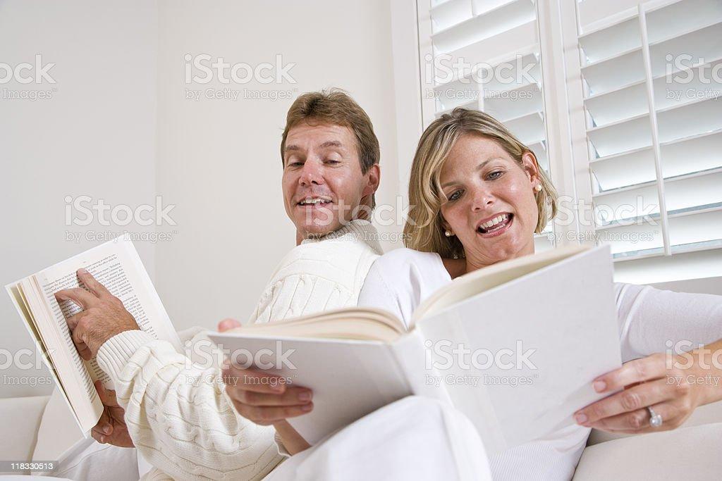 Pareja leyendo libros juntos foto de stock libre de derechos