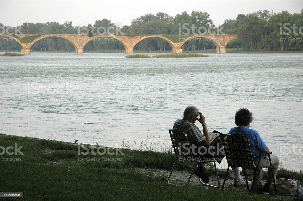 Пара расслабляющий на мост Стоковые фото Стоковая фотография