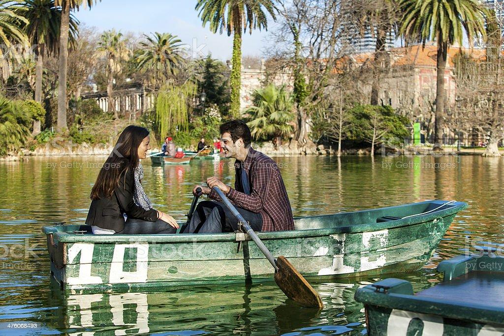 Couple sur petit bateau d'aviron. photo libre de droits