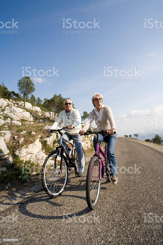 couple senior à vélo stock photo