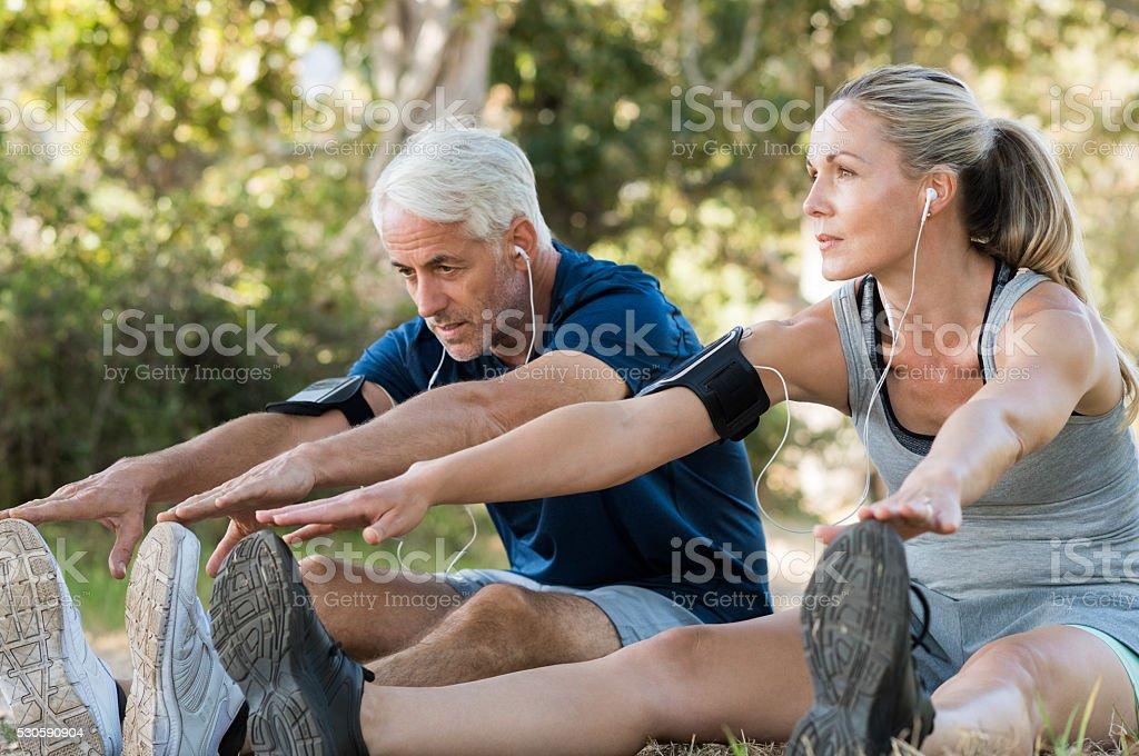 Casal alongamento no parque - foto de acervo