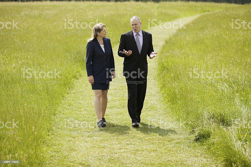 Couple traversant un champ photo libre de droits