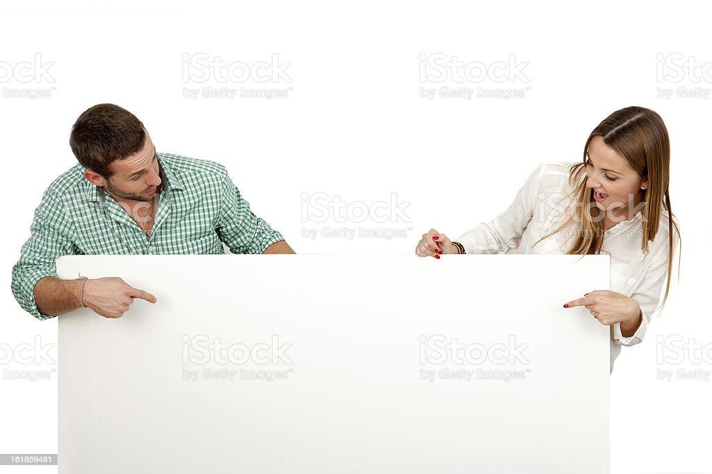 Couple avec surpris tenant conseil vide tenue. photo libre de droits