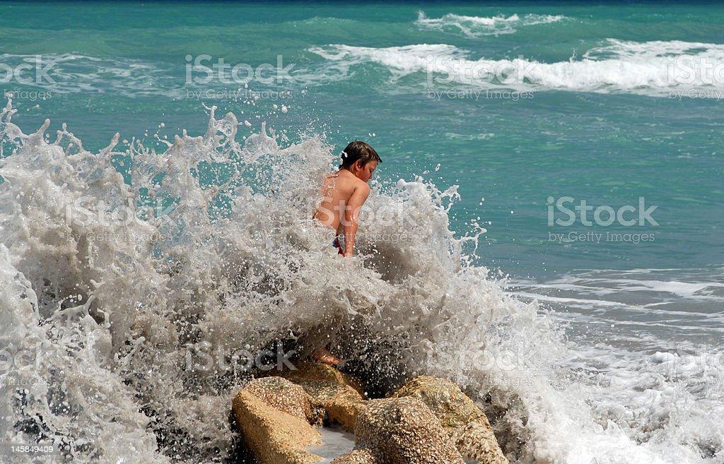 Brechenden Welle und Jungen Lizenzfreies stock-foto