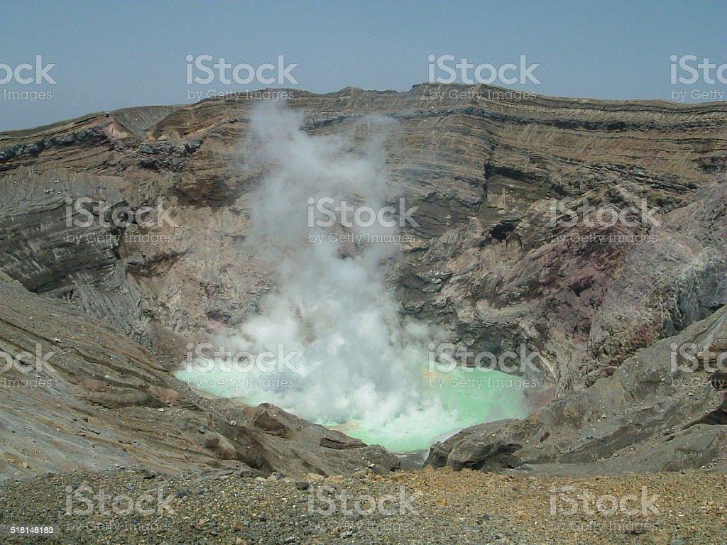 Cráter de un volcán activo foto de stock libre de derechos