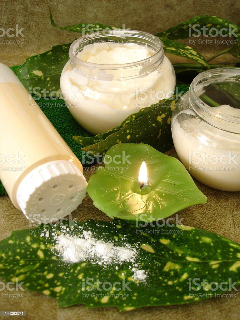 Creme, frasco de pó, vela e de cozinha foto de stock royalty-free