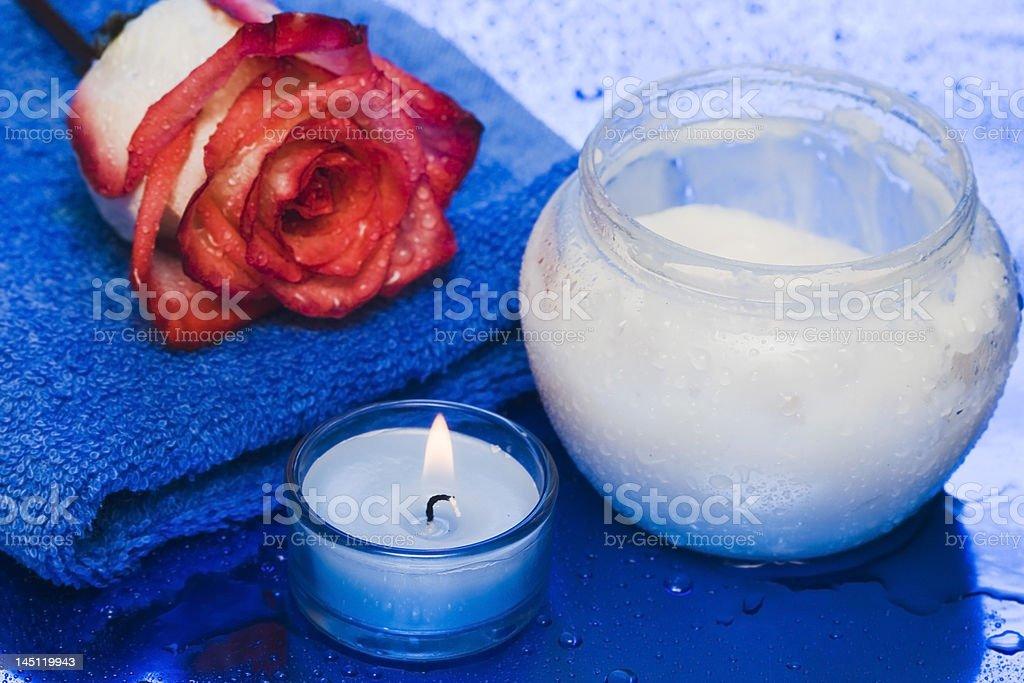 Creme, vela com Rosa sobre fundo azul foto de stock royalty-free