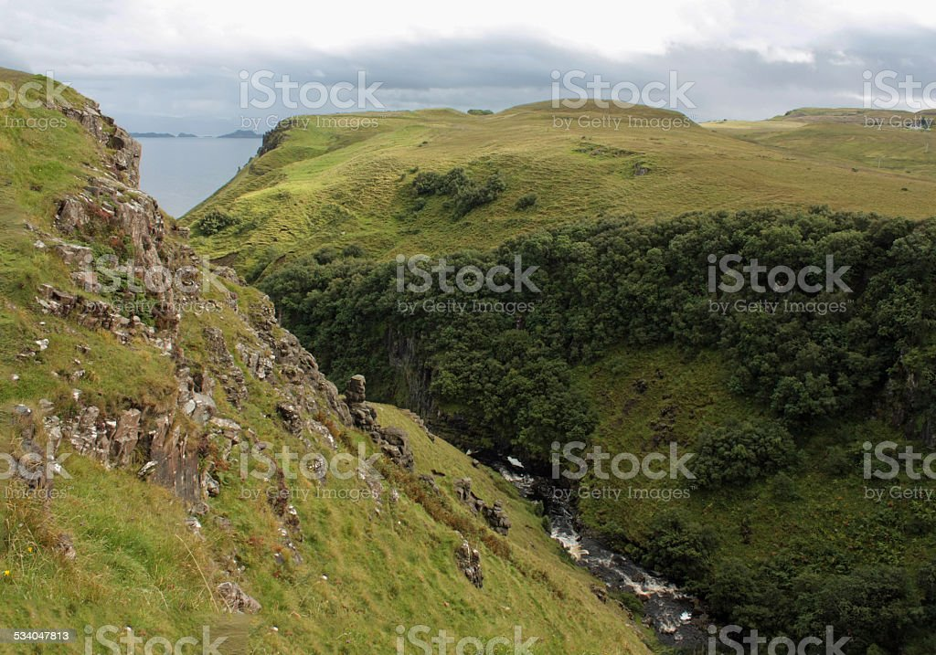 Creek entre highlands rocks foto de stock royalty-free