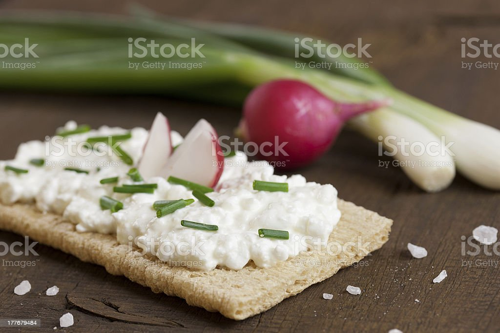 kn?ckebrot mit frischk?se royalty-free stock photo