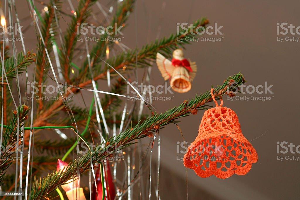 Crochet bell e palha angel Bola de Árvore de Natal sobre a árvore de Natal foto royalty-free