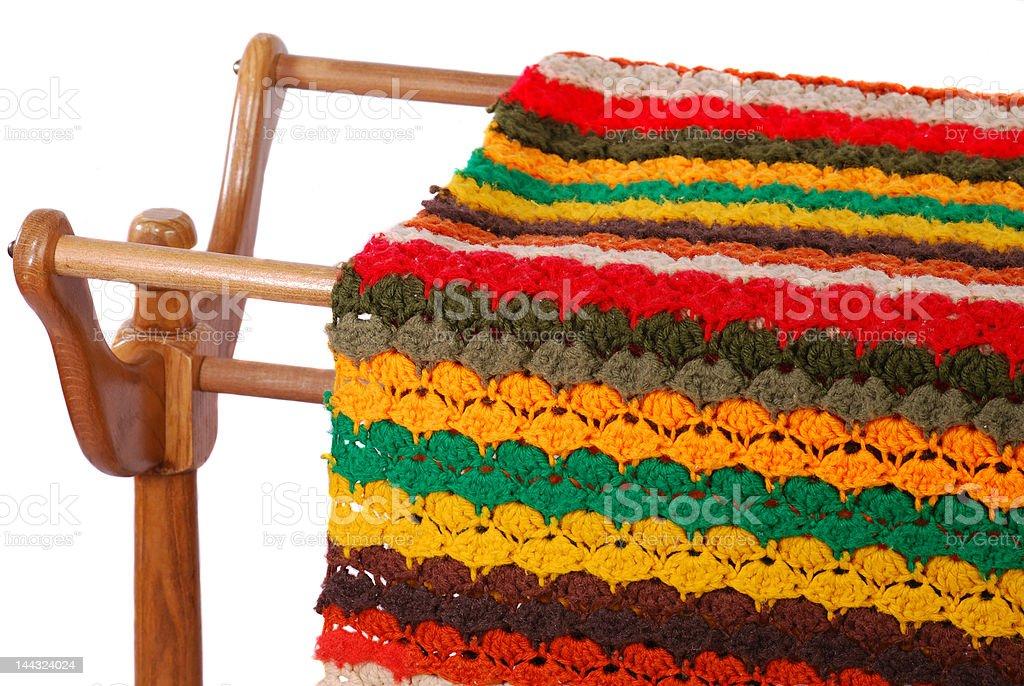 Crocheted afegão sobre um Rack de madeira foto royalty-free