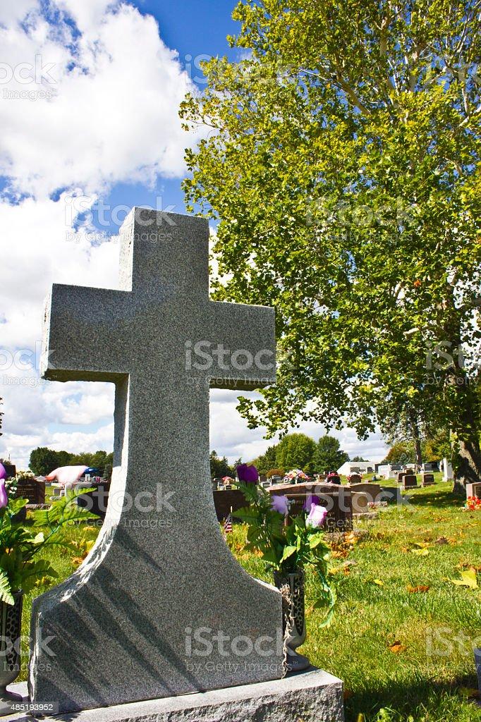 Dans un cimetière Croix photo libre de droits