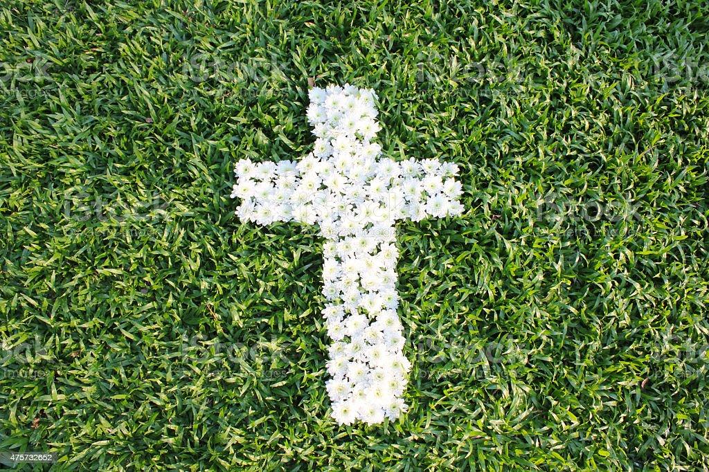 Kreuz aus Gänseblümchen Blumen gemacht Lizenzfreies stock-foto