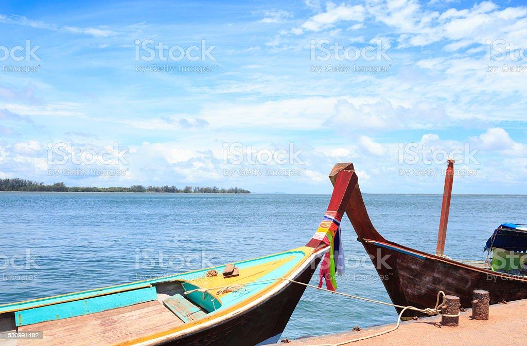 Крест из пары рыбалка лодка в голубое небо и море Стоковые фото Стоковая фотография