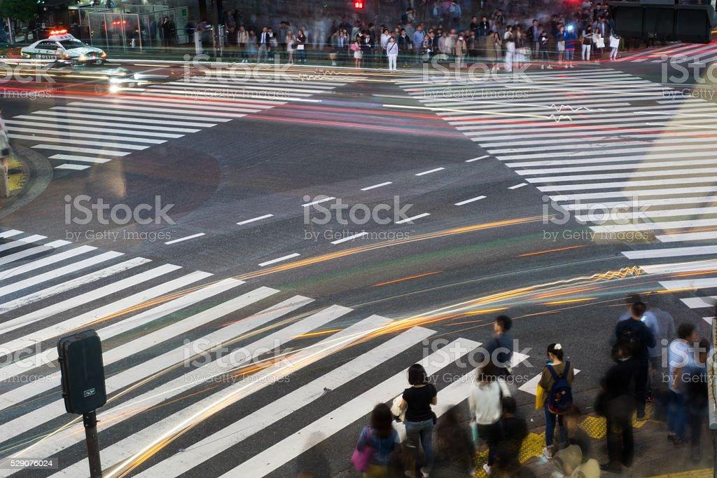 Passage à niveau et foule (le soir) de route (exposition longue) photo libre de droits