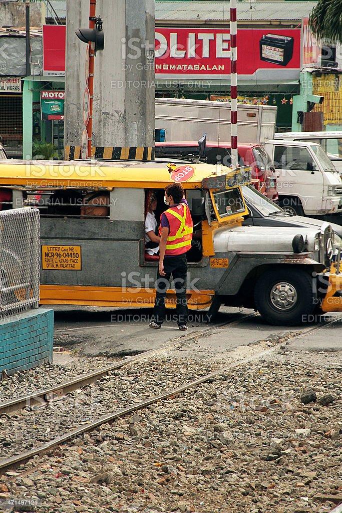 Addetto al traffico davanti alle scuole interruzione un Jeepney, Philippins foto stock royalty-free