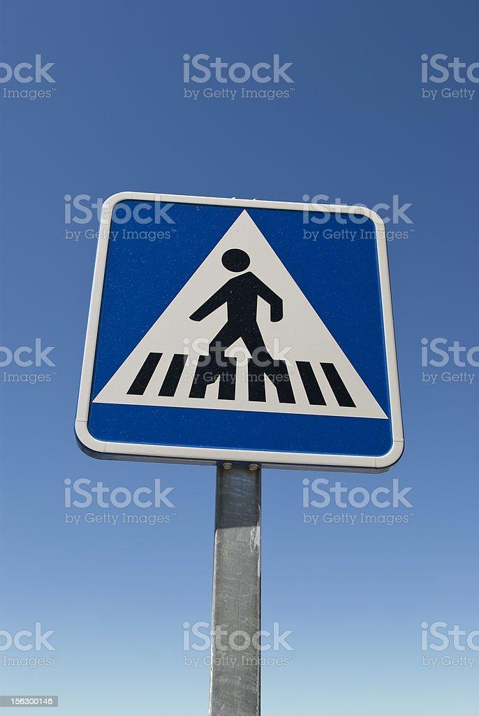 Señal de cruce. Azul paso peatonal señal aislado en color azul. - foto de stock