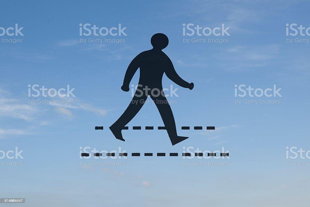 Attraversamento pedonale segno contro il cielo sfondo foto stock royalty-free