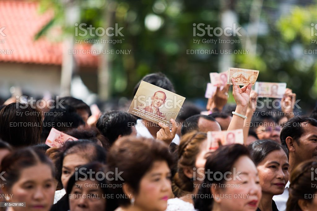 Crowds of mourners hold Thai cash stock photo