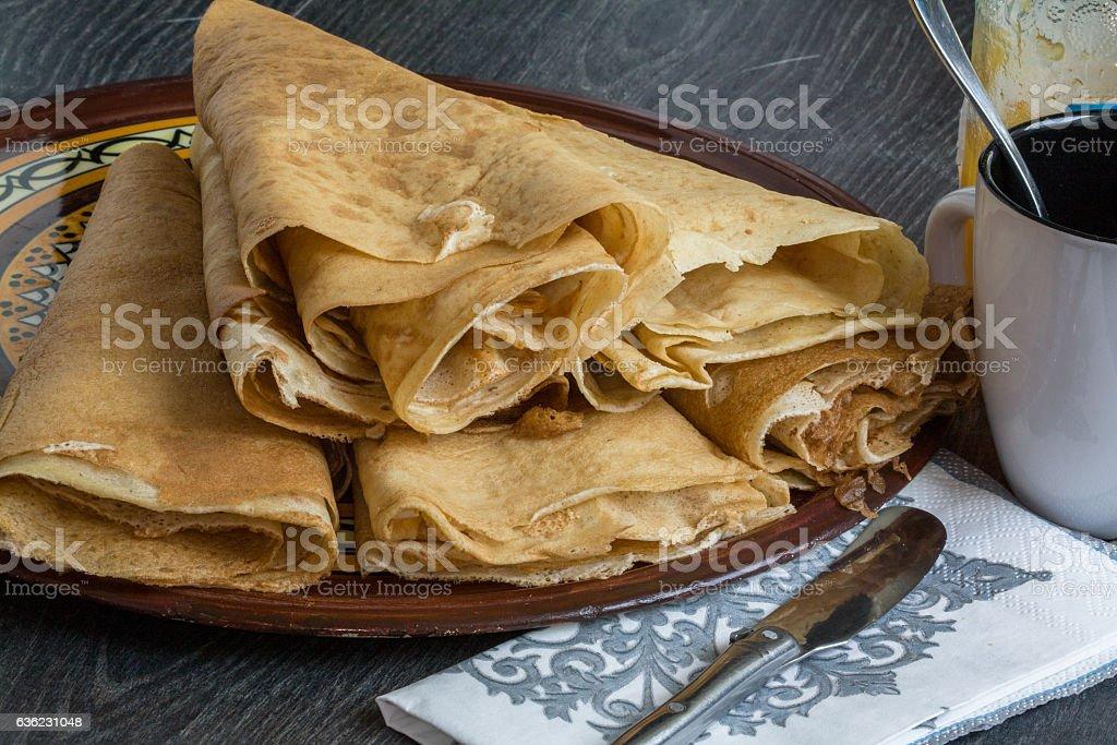 Crêpes pliées sur assiette pour ancas stock photo