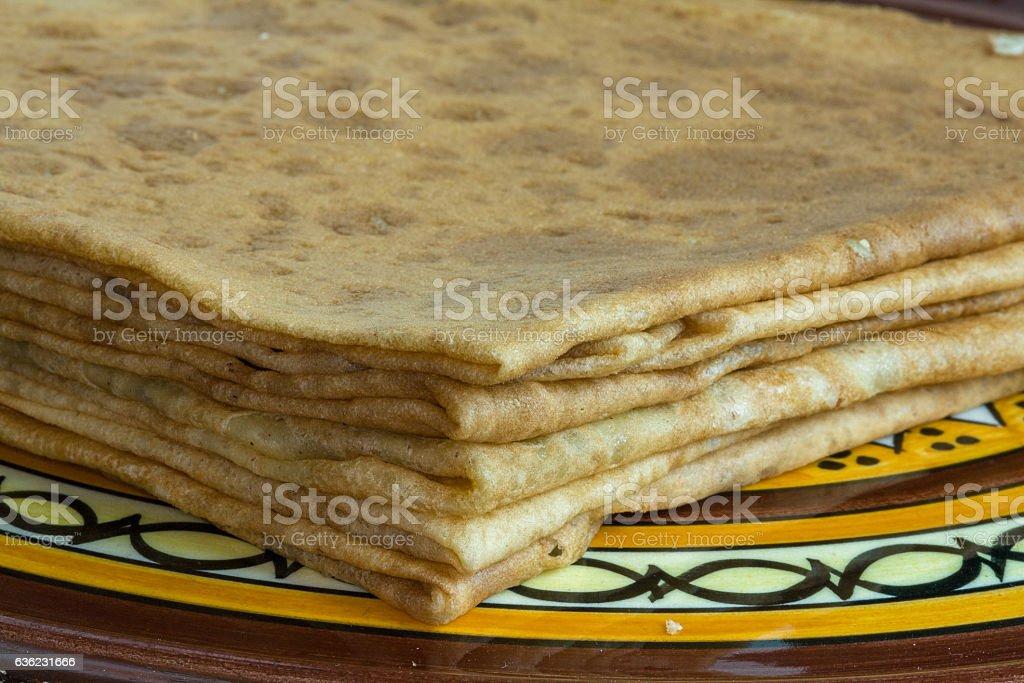 Crêpes pliées sur assiette pour encas stock photo