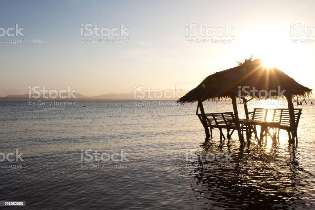 crépuscule sur une cabane sur la mer stock photo