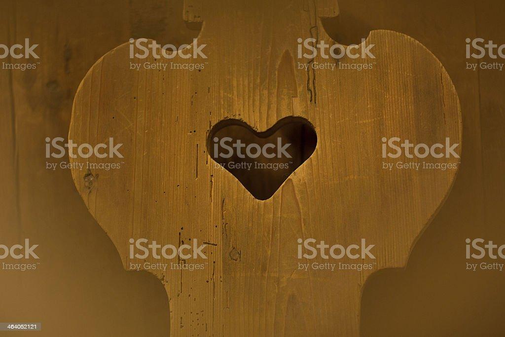 Cuore di legno intagliato in una sedia stock photo