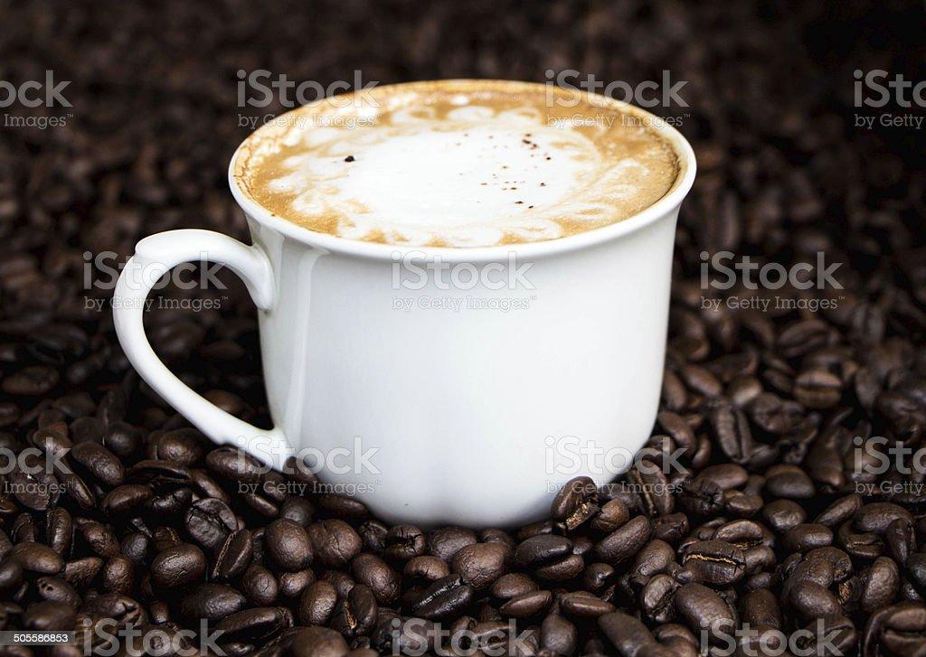 Чашку капучино и Arabica Кофейный Боб Стоковые фото Стоковая фотография