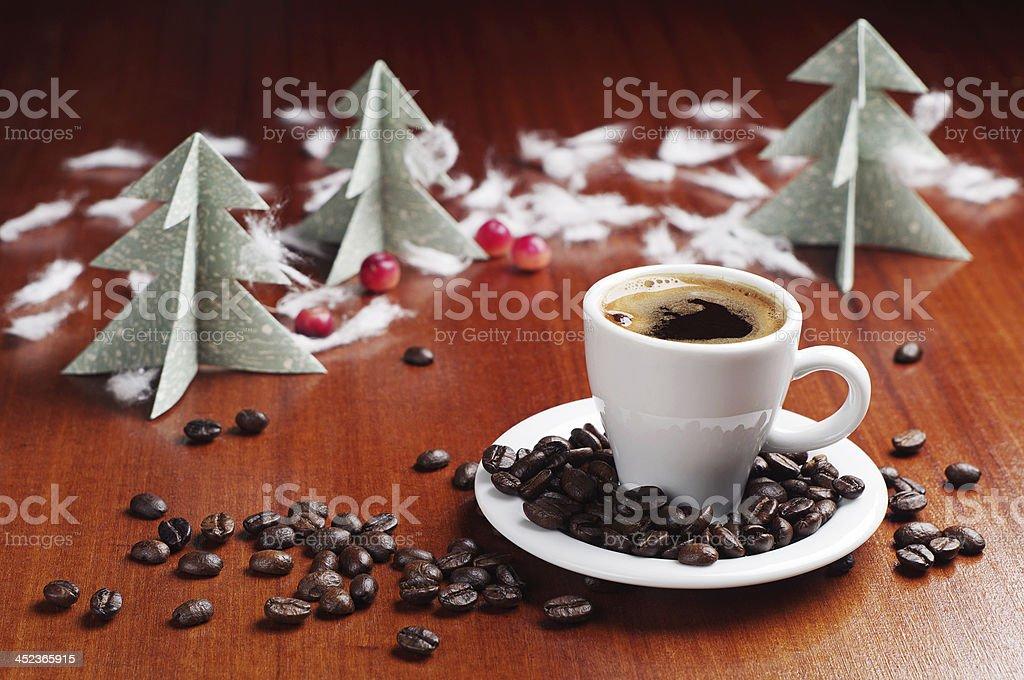 Taza de café y árbol de navidad foto de stock libre de derechos