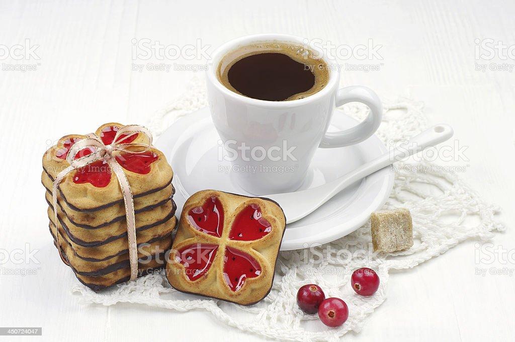 Taza de café y las cookies vinculados plano foto de stock libre de derechos