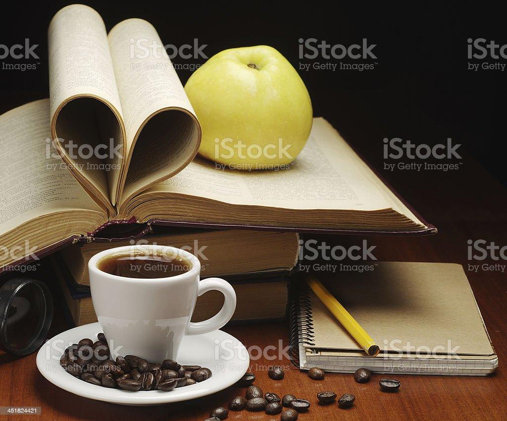Taza de café y libro abierto foto de stock libre de derechos