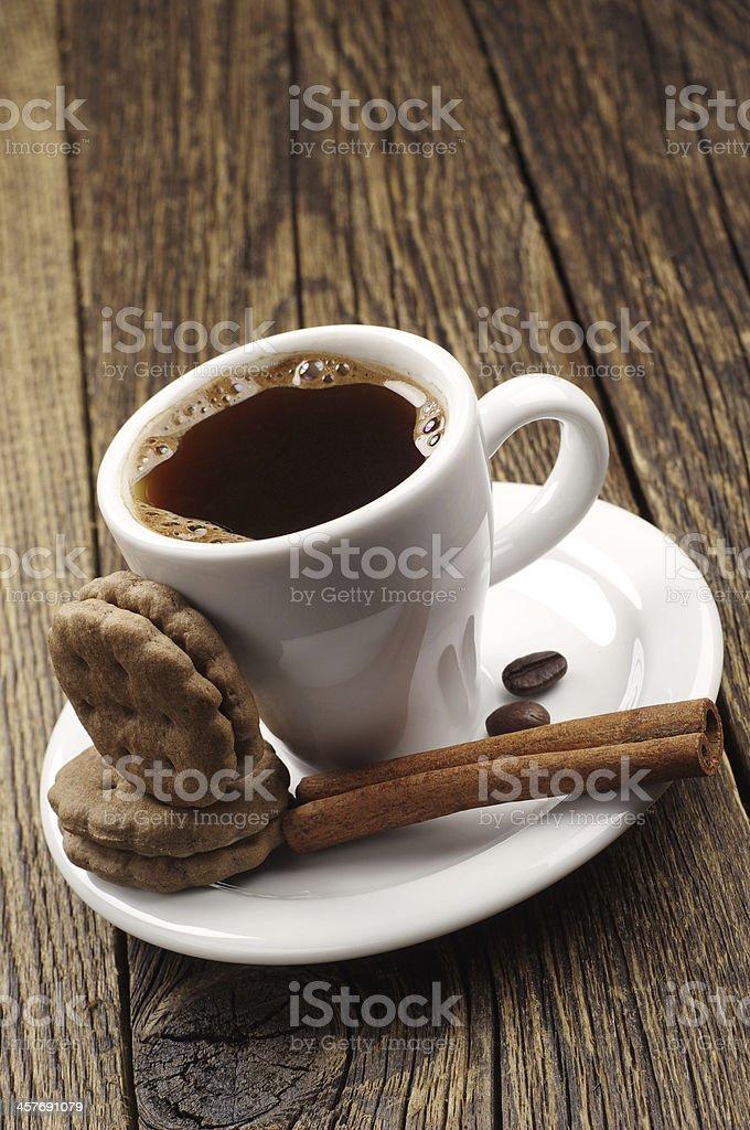 Taza de café caliente y las cookies foto de stock libre de derechos