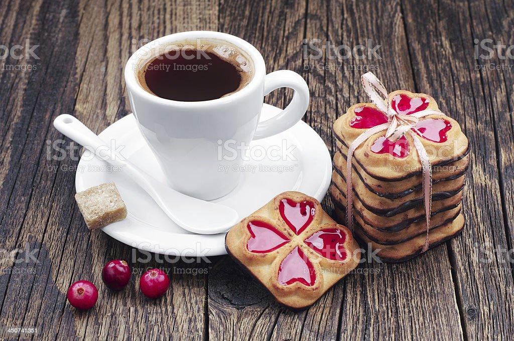 Taza de café caliente y galletas vinculados plano foto de stock libre de derechos