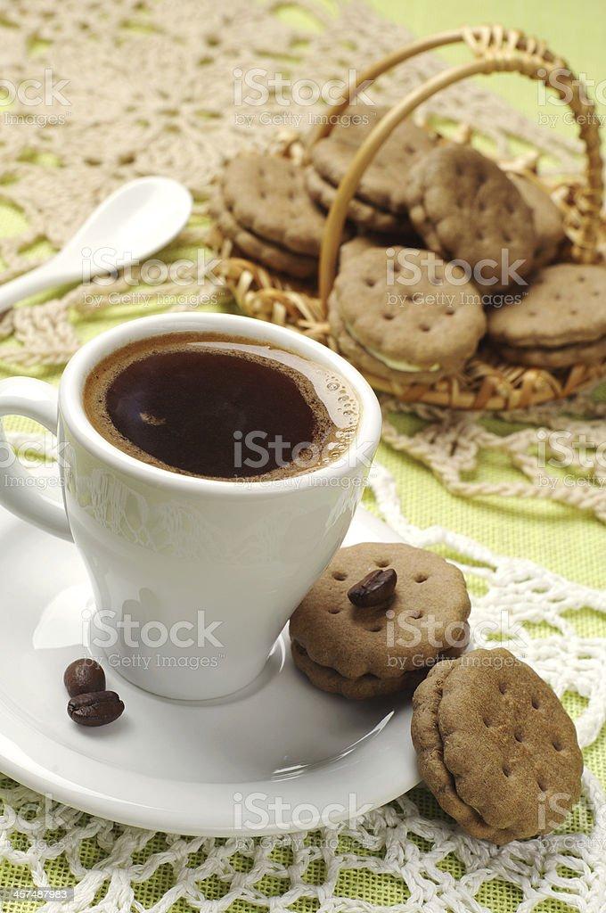Taza de café caliente y galletas dulces foto de stock libre de derechos