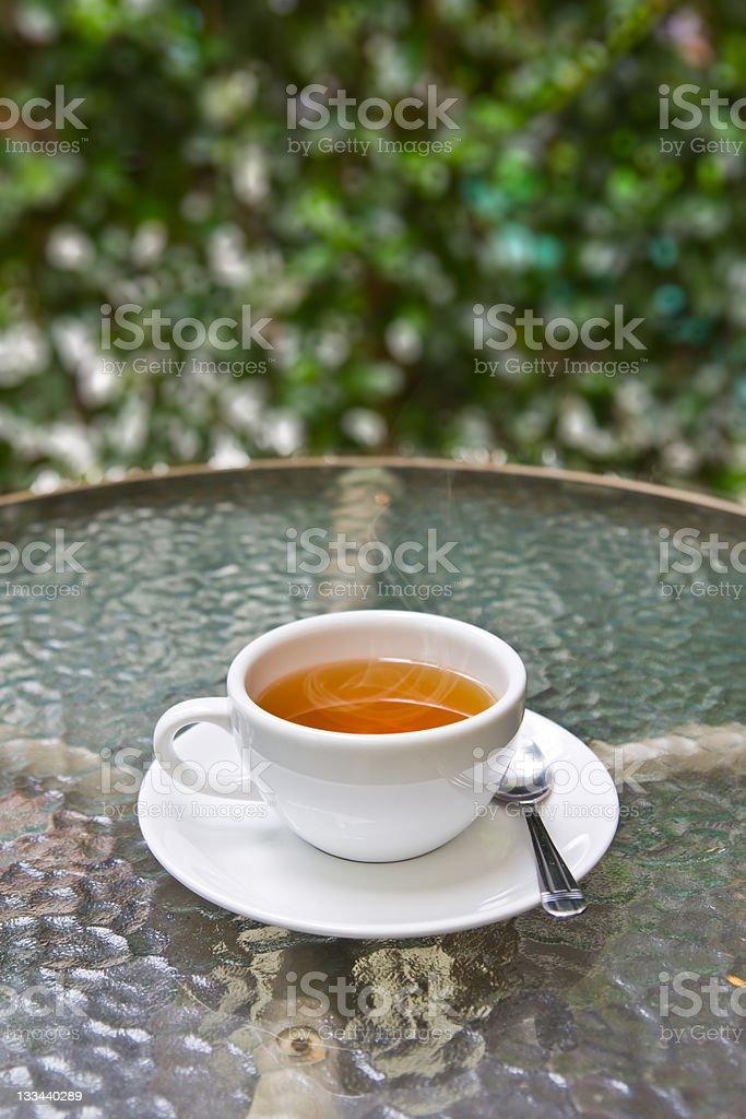 Tazza di tè sul tavolo in vetro foto stock royalty-free