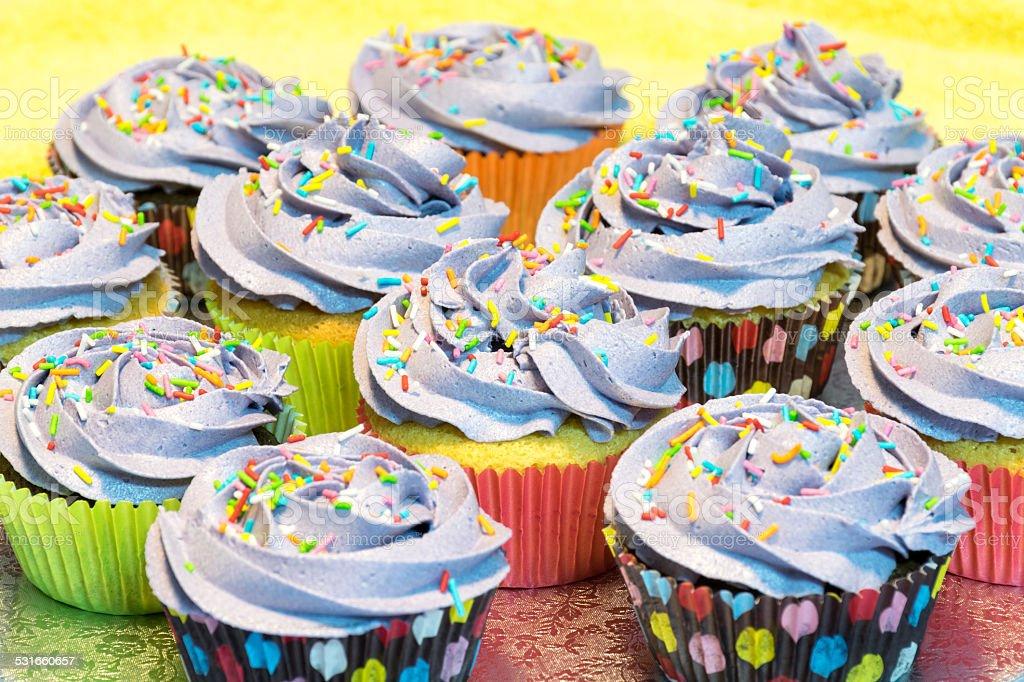 Cupcake de vainilla con ar?ndanos y chocolate blanco stock photo