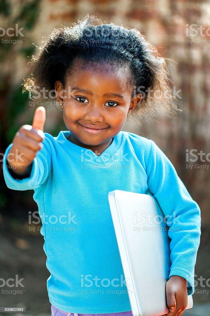 Jolie jeune fille africaine avec un ordinateur portable. photo libre de droits