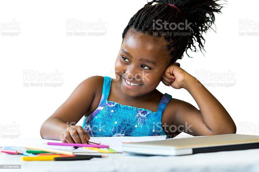 Joli étudiant africain au bureau avec des crayons de couleur. photo libre de droits