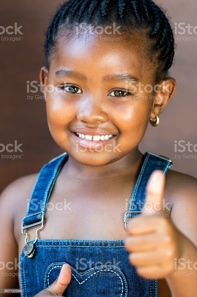 Joli afro-américaine fille faisant pouce en l'air. photo libre de droits