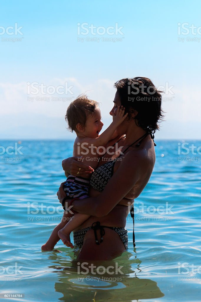 Niedliches Baby im Meer stock photo