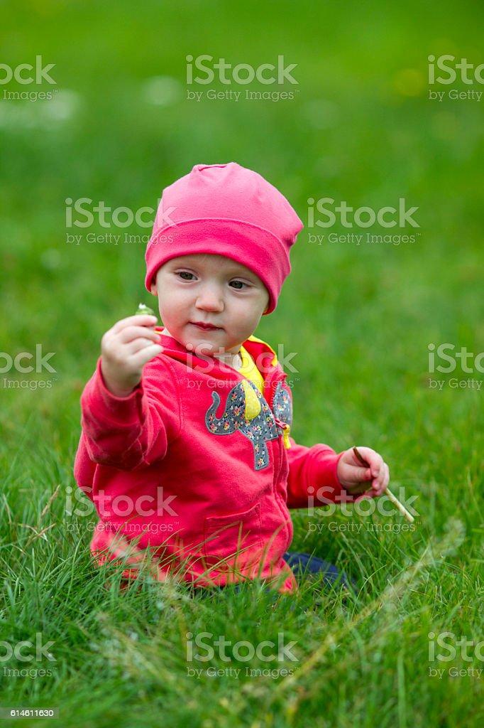Carino bambino seduto sull'erba foto stock royalty-free