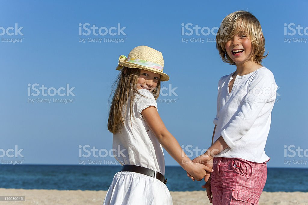 Mignon Garçon et fille tenant les mains. photo libre de droits