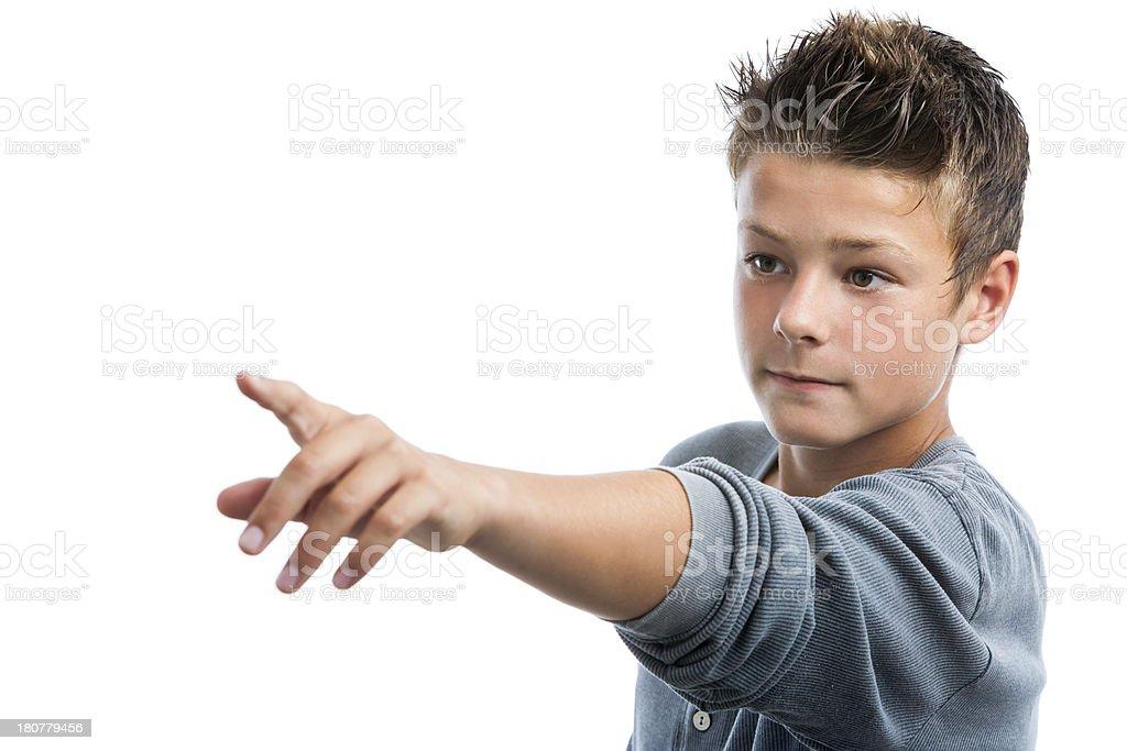 Mignon petit garçon pointant vers la distance avec doigt. photo libre de droits