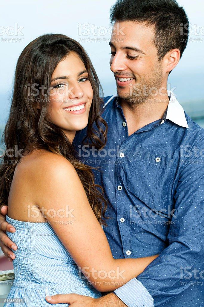 Joli couple habillé en zone bleue. photo libre de droits