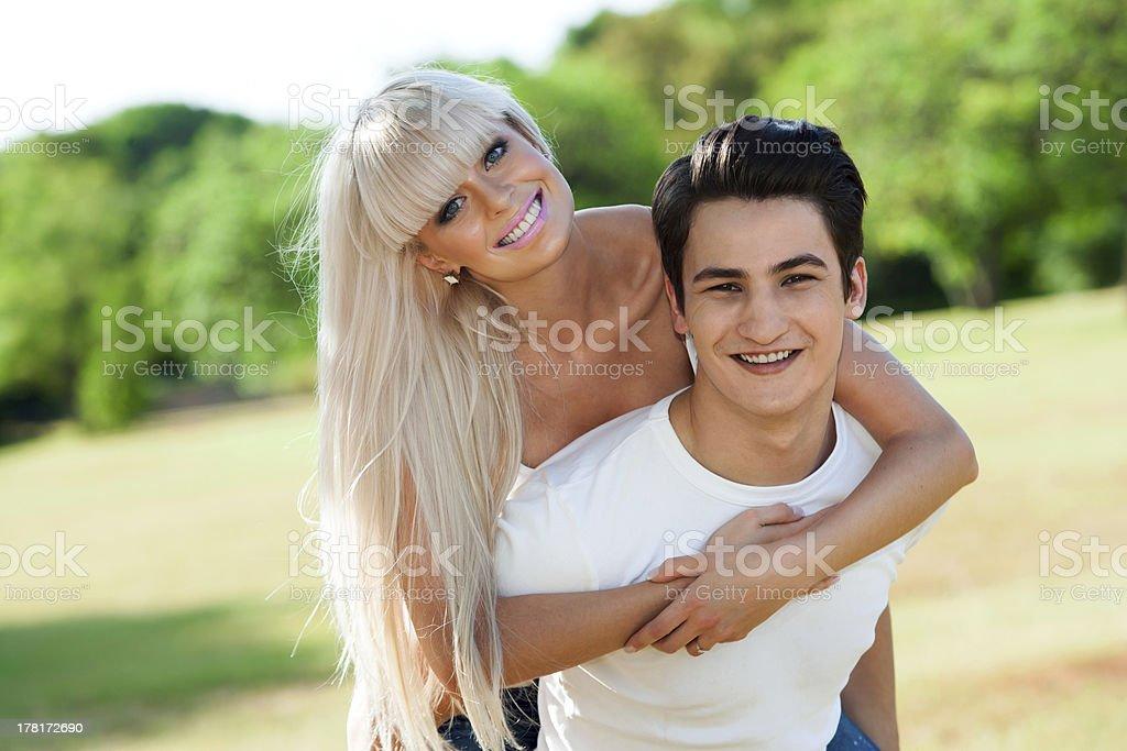Joli couple ferroutage à l'extérieur. photo libre de droits