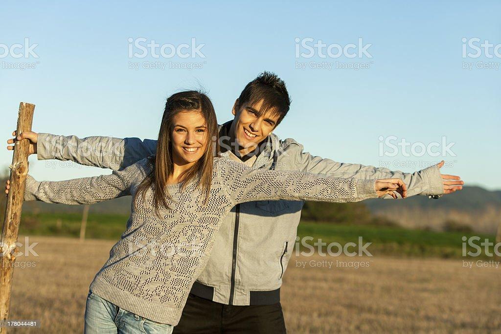 Joli couple s'étirer les bras en plein air. photo libre de droits
