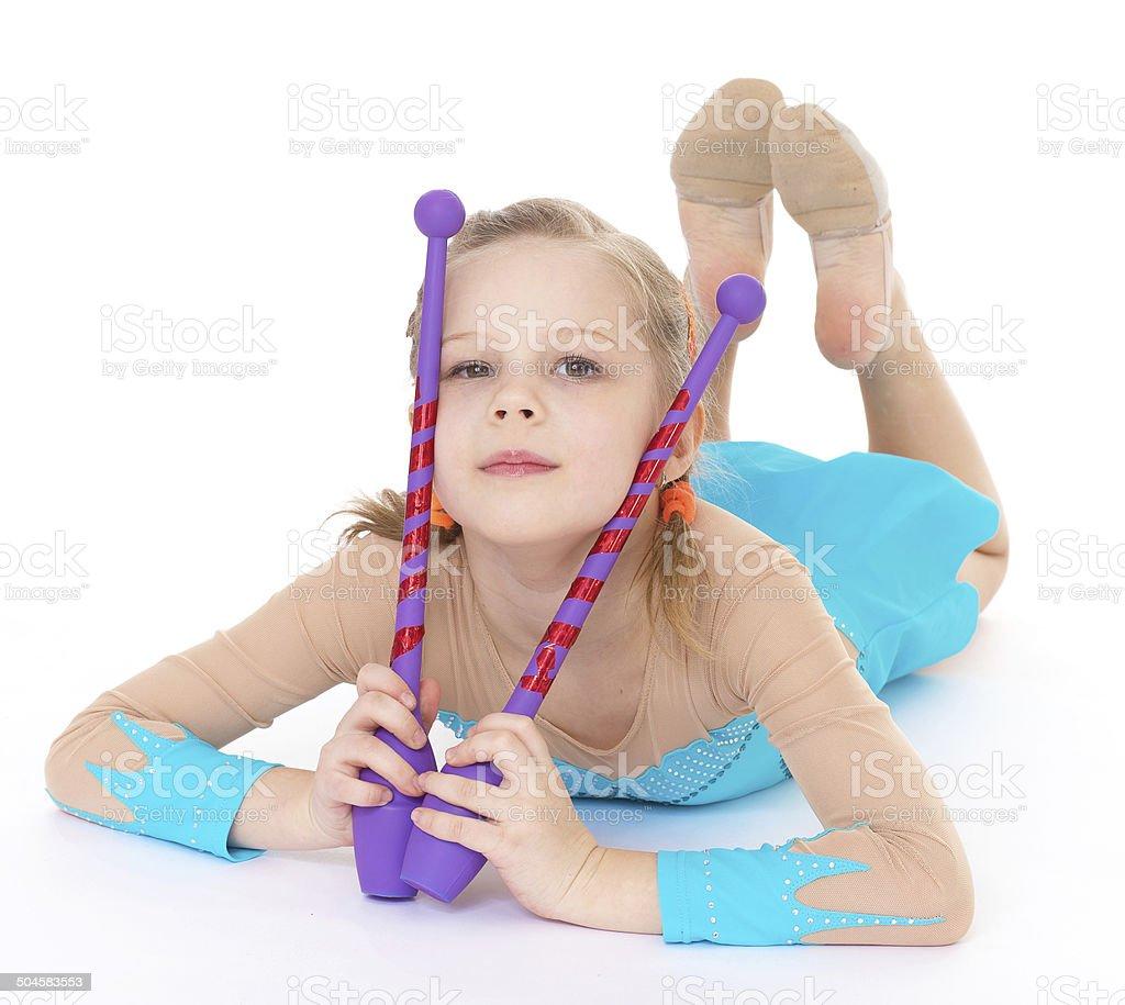 Jolie fille gymnaste avec sports maces. photo libre de droits