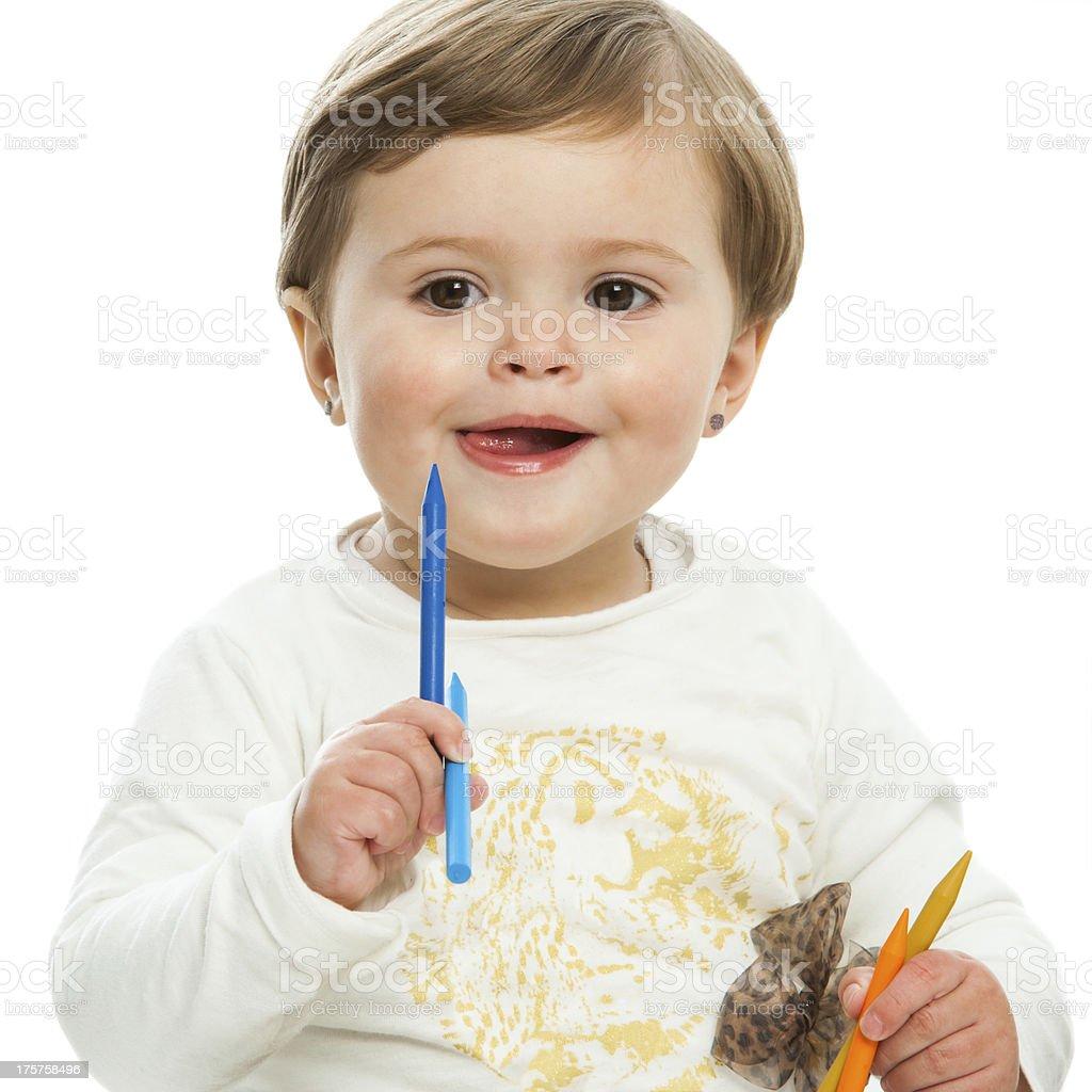 Jolie fille tenant couleur crayons de cire. photo libre de droits