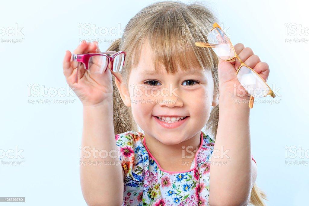 Jolie fille tenant des lunettes. photo libre de droits